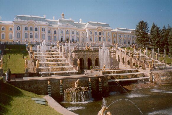 Одной из самых знаменитых Санкт-Петербургских достопримечательностей является Петергофский дворец с фонтанами.